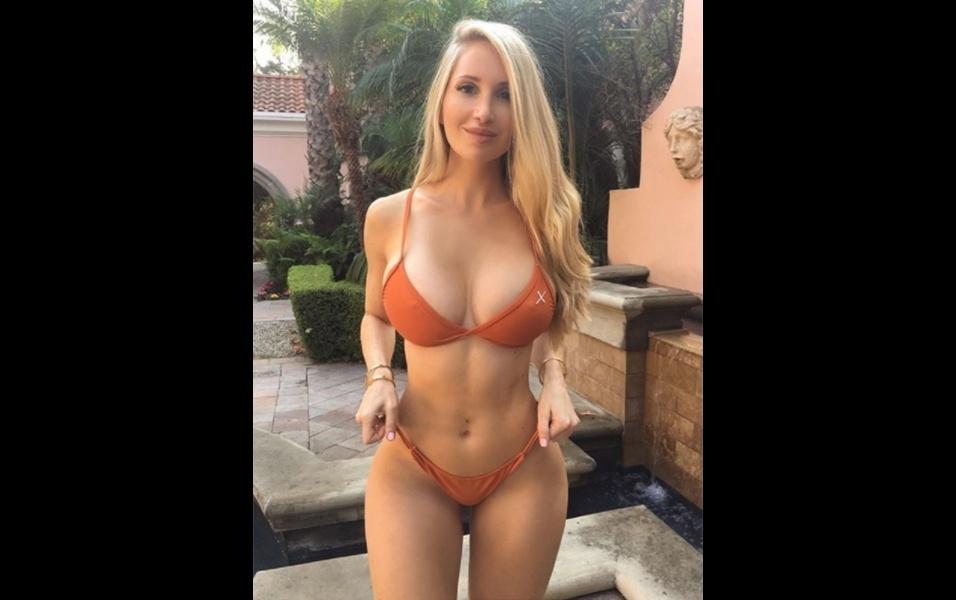 19.dez.2017 - A modelo canadense Amanda Lee, que em agosto ultrapassou a marca de 10 milhões de seguidores no Instagram, deu mais algumas provas do porquê ter tanta popularidade. Com um corpo escultural, a gata sempre chama atenção ao postar fotos de biquíni