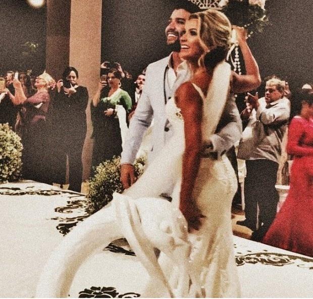 3.out.2016 - Gusttavo Lima e Andressa Suita posam para os fotógrafos após cerimônia de casamento