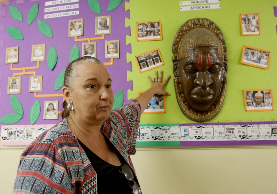 Professora Cibele. Para se tornar uma escola de referência em São Paulo, a EMEI Nelson Mandela criou, ao longo de sua trajetória, projetos que estimulam a diversidade, o respeito e o amor. Na imagem, a diretora Cibele Racy mostra os registros de algumas das ações