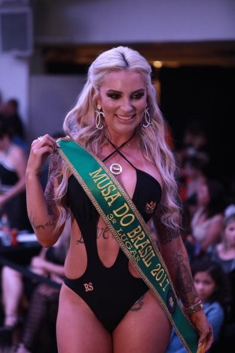 5.nov.2017 - Luanda Fraga, musa do Rio Grande do Sul, se emocionou ao receber a faixa de 3ª colocada. Ela ganhou um ensaio para a revista Sexy como prêmio pela conquista