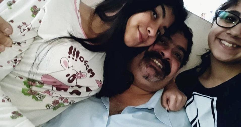 """""""Esse é nosso papito lindo!! Suas filhas Ananda e Barbara"""", em foto com o pai Eunivaldo Soares Tenca"""