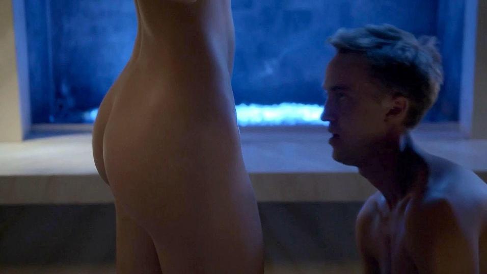 14.jul.2015 - Nas imagens, Olivia Jordan tira a roupa e deixa o bumbum à mostra
