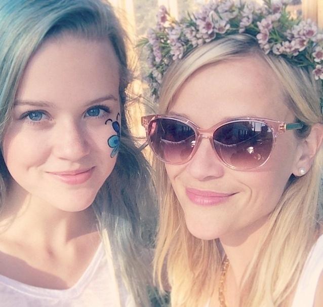 30.jul.2015 - A atriz Reese Witherspoon, 39, posa com sua filha, Ava Philipp, de 15 anos