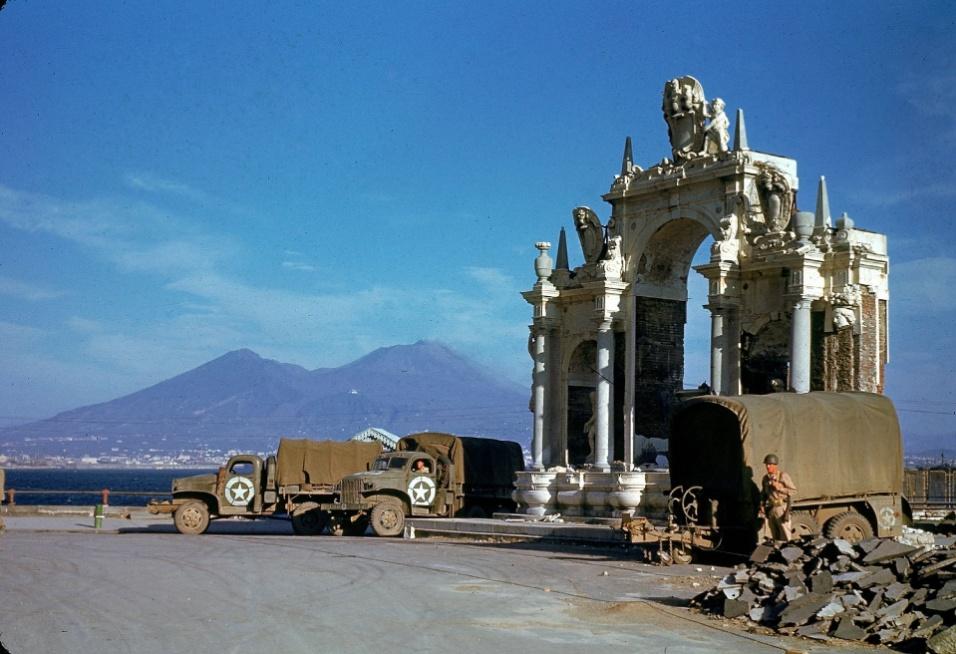 1943 - Caminhões dos Estados Unidos ao lado da fonte de Santa Lúcia em Nápoles, na Itália