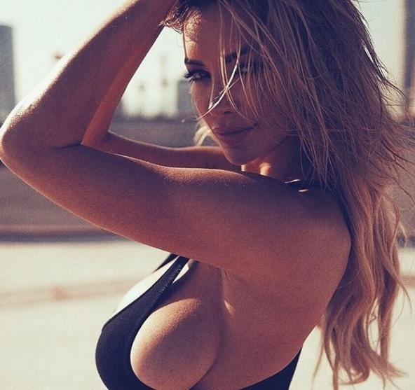 25.abr.2016 - Lindsey Pelas posa com a lateral do seio à mostra em imagem provocante na internet
