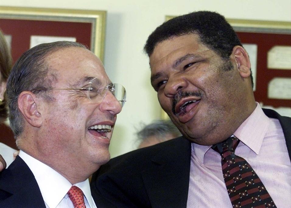 Set.2001 - Maguila é fotografado ao lado do político Paulo Maluf, durante a festa de aniversário do ex-prefeito de São Paulo