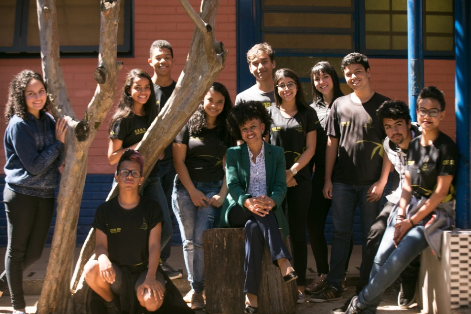 Professora Gina posa ao lado de alunos que participaram, durante duas edições, do projeto Mulheres Inspiradoras