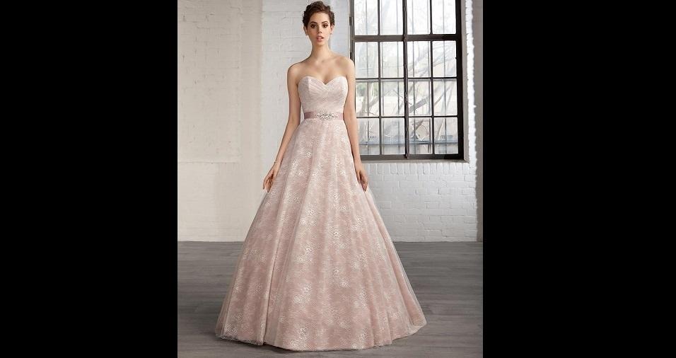 6. Se você é daquelas que amam o rosa, por que não escolher esta cor para seu vestido de noiva? Um tom de rosa bebê pode ser o sonho de quem quer subir ao altar toda rosa, sendo uma escolha muito romântica