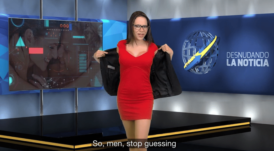 11.jul.2015 - Enquanto fala, Gabrielle tira a parte de cima de sua roupa...