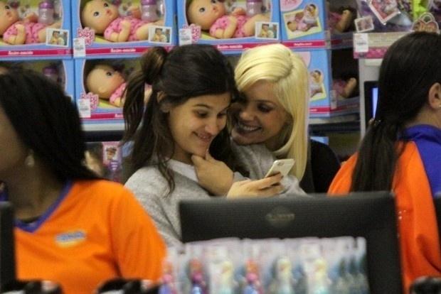 26.ago.2015 - Flávia Alessandra e sua filha, Giulia Costa, foram vistas em uma loja de brinquedos no shopping Rio Design Barra, no Rio de Janeiro