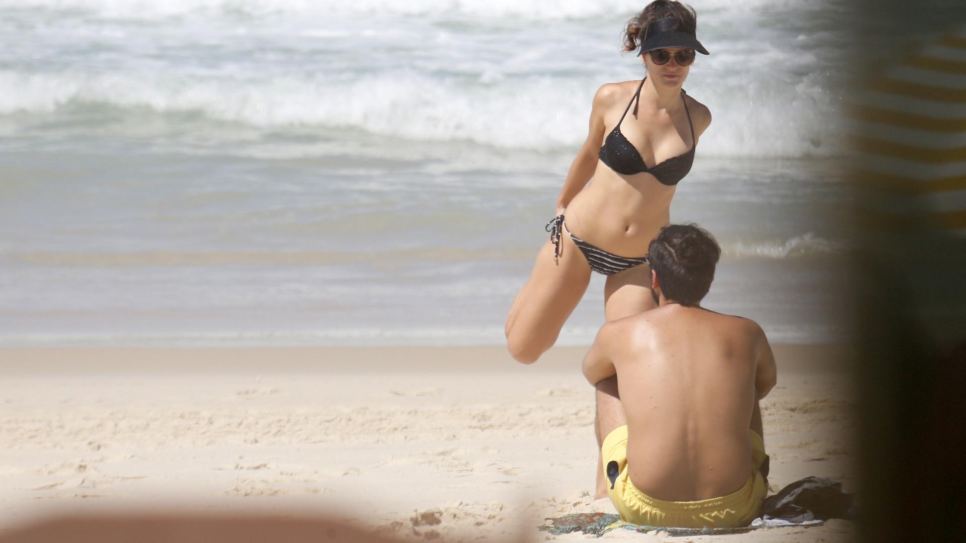 17.mar.2017 - Bianca Bin e o marido Pedro Brandão foram fotografados em praia do Rio de Janeiro