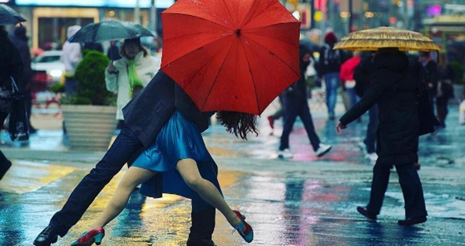 39. O dia do beijo, incentivou o já romântico Jordan Matter a publicar esta bela imagem de graça, leveza e amor