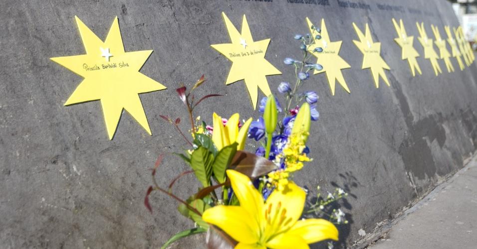 Família deixa flores em frente ao nome de ente querido que morreu no acidente da TAM em 2007