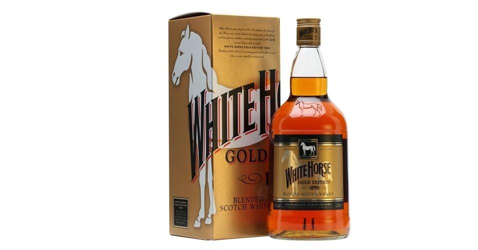"""11. Já os mais velhos preferiam o uísque Cavalinho Branco. E se olhassem o fundo da garrafa, veriam os dizeres """"hecho en Escocia"""""""