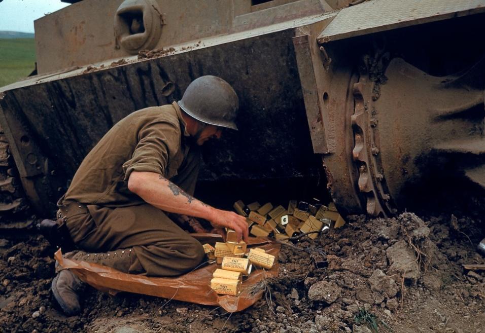 1943 - Soldado norte-americano instala explosivos sob tanque alemão abandonado no vale de El Guettar, na Tunísia