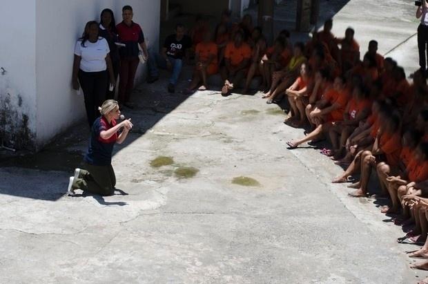 5.nov.2015 - De joelhos, Andressa Urach reza durante sua visita a um presídio feminino da Mata Escura, em Salvador. A ex-modelo deu uma palestra motivacional falando sobre o seu passado e autografou o seu livro,