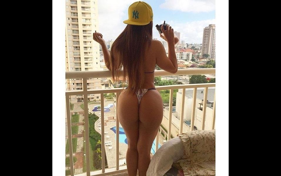 """16.jan.2016 - A modelo Suzy Cortez publicou mais uma foto exibindo o atributo que lhe valeu o título de Miss Bumbum 2015. Com um biquíni pequenininho, a morena exibiu um bumbum avantajado e cintura fina na foto publicada no Instagram, nesse sábado (16). """"Dá vontade de morder"""", comentou um fã abusado. Na imagem, a gata ainda aparece tomando um shake de whey protein, um tipo de suplemento alimentar, e diz que dieta é o segredo para """"manter o bumbum na nuca, redondinho e lisinho"""""""