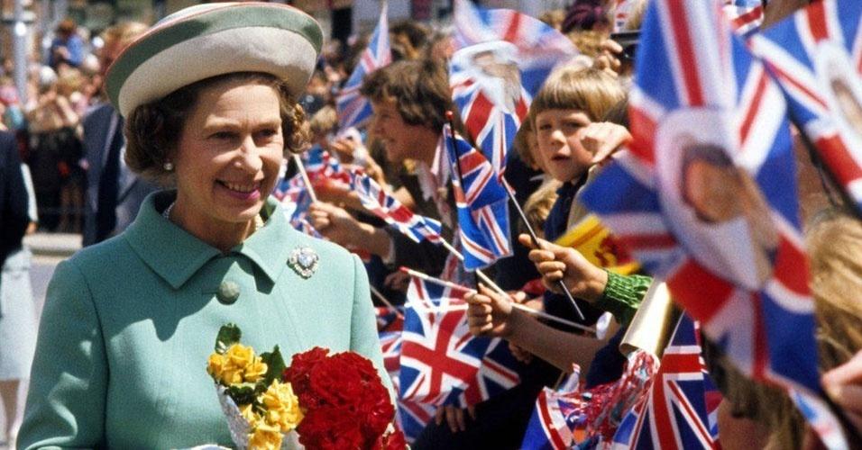 8. Uma pesquisa do instituto Ipsos Mori mostrou, em 2012, que 90% dos britânicos estavam satisfeitos com a atuação da rainha. Uma pesquisa de 2013, mostrou que 77% dos britânicos são a favor da manutenção da monarquia e apenas 17% prefeririam a república. A alta na popularidade da rainha se deu após o nascimento do príncipe George, seu bisneto