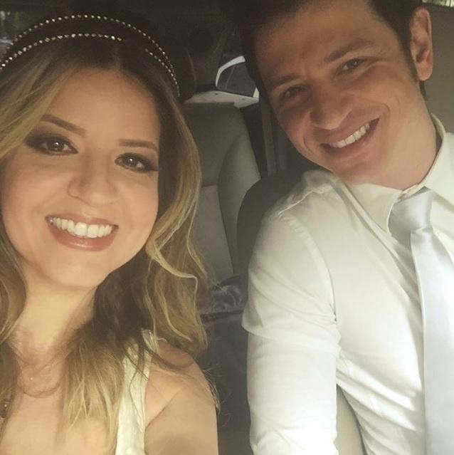 8.ago.2016 - A atriz Mariana Santos, de 39 anos, realizou uma cerimônia discreta e compartilhou algumas fotos do casamento nas redes sociais