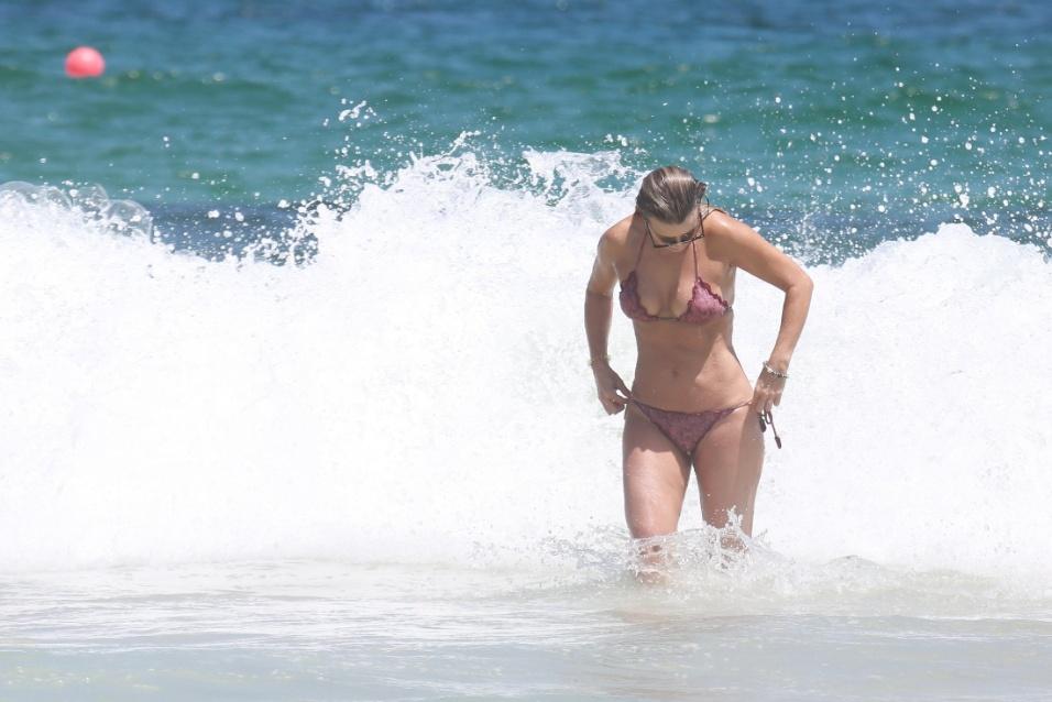 5.fev.2017 - A atriz Christine Fernandes foi flagrada durante ajeitadinha em praia no Rio de Janeiro