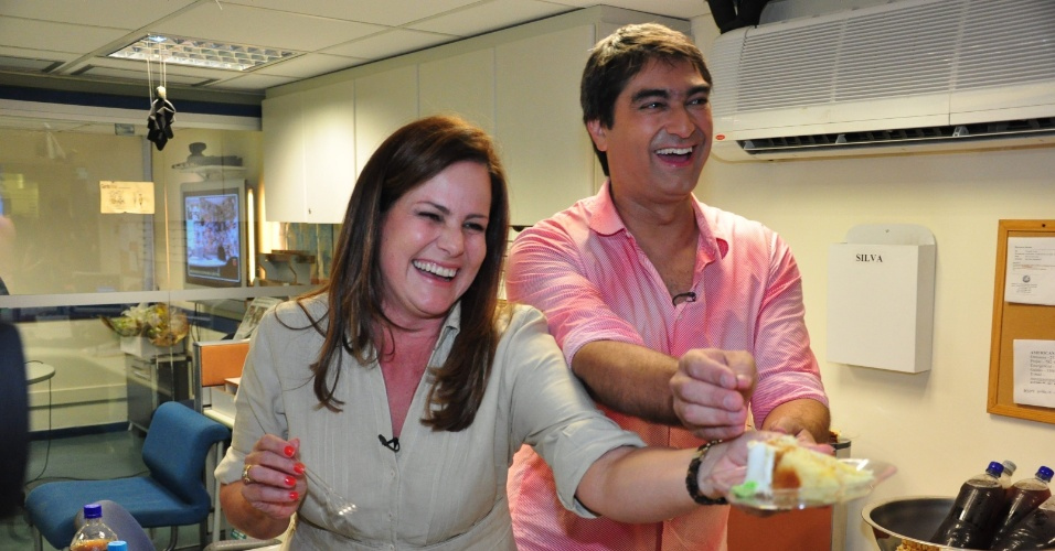 15.abr.2011 - Renata Ceribelli e Zeca Camargo ganham festa de aniversário nos estúdios da Globo, na época, a dupla apresentava o
