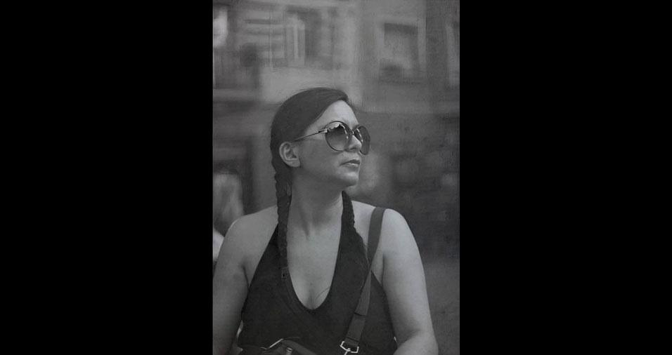 9. A paisagem refletida na lente do óculos da mulher