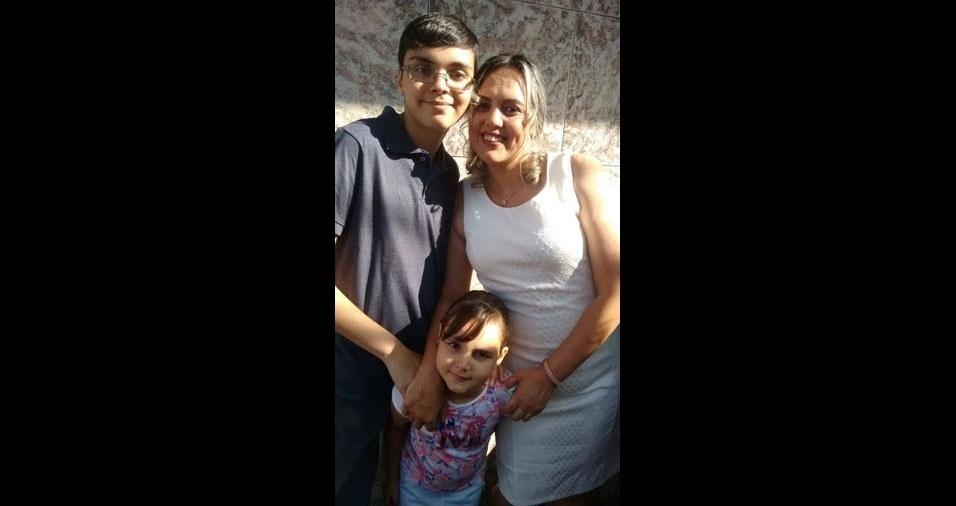 A mamãe Carla Aparecida Xavier com seus filhos Victor e Leticia, de São Paulo (SP)