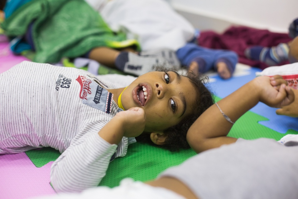 Germana Soares - UMA - Nem todas as crianças, a maioria com 3 anos, têm acesso às terapias necessárias para reabilitação e desenvolvimento. Algumas são acompanhadas por fisioterapeuta, outras conseguiram vagas na terapia ocupacional ou na fonoaudiologia. Através da UMA, as mães reivindicam vagas para todas as crianças que nasceram com microcefalia por conta do surto de zika no estado de Pernambuco