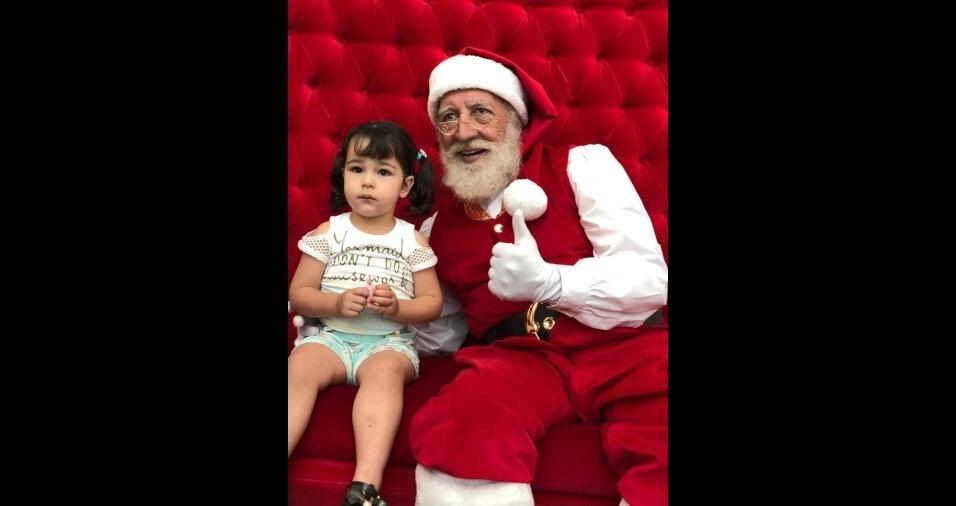 Papai Fábio Henrique Alves Freire e a mamãe Juliana Bucioli Freire enviaram foto da filhinha Dara ao lado do papai Noel