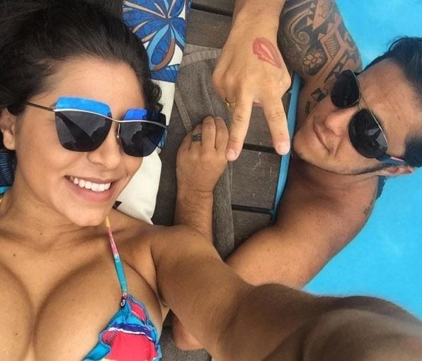 """19.dez.2015 - Thammy Miranda apareceu ainda mais barbudo ao lado de sua namorada, Andressa Ferreira, que postou a imagem no Instagram. """"De bobeira"""", escreveu a gata na legenda da imagem. O casal aproveitou a tarde de sol para curtir uma piscina"""