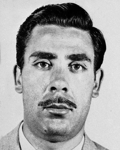 """Tommaso Buscetta, italiano nascido em Nova York, foi um dos maiores líderes da Cosa Nostra, a máfia siciliana. O criminoso ficou conhecido por ser o primeiro """"arrependido"""" de peso, um mafioso que aceitou contribuir com as investigações anti-máfia, delatando os códigos e atividades de sua organização, na década de 80. No tráfico internacional, Buscetta fincou suas garras no litoral norte de São Paulo, que usou para traficar drogas por atacado vindas da França, com destino aos Estados Unidos. Preso no Rio de Janeiro, o mafioso fugiu mediante pagamento de propina. Recapturado pela Políca Federal, foi extraditado para a Itália e aceitou delatar companheiros em troca de benefícios. Livre, Buscetta morreu de câncer na garganta, em 2000, aos 71 anos"""