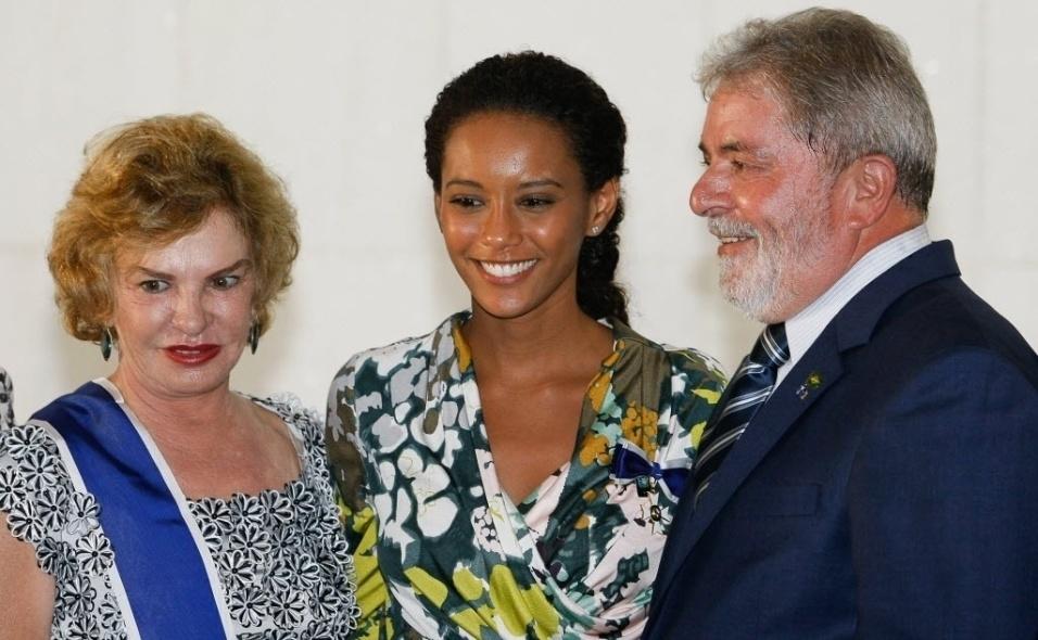 20.abr.2010 - A atriz Taís Araújo posa ao lado de Marisa Leticia e do ex-presidente Luiz Inácio Lula da Silva, durante a cerimônia em comemoração ao Dia do Diplomata, no Palácio Itamaraty. A atriz também foi condecorada com a Ordem do Rio Branco