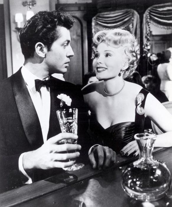 """1953 - Atriz Zsa Zsa Gabor em cena do filme """"Story of Three Loves"""" com o ator norte-americano Farley Granger"""