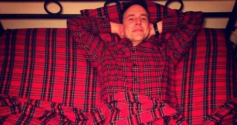 16. Dá para ser mais preocupado com a moda do que este pai que combina o pijama com a roupa de cama?