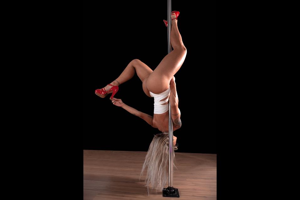 """27.jun.2017 - Vanessa Mesquita começou a praticar o pole dance em 2017. """"Estou amando não só pelo condicionamento físico mas também como bem estar"""", contou a loira, que ganhou R$ 1,5 milhão pela vitória no """"BBB14"""""""