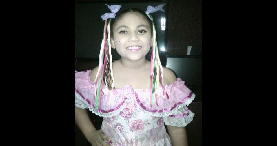 Evilyn C. Moraes Dias, de oito anos, é uma caipirinha de Goiânia (GO), em foto enviada pela mamãe Elainne de Moraes