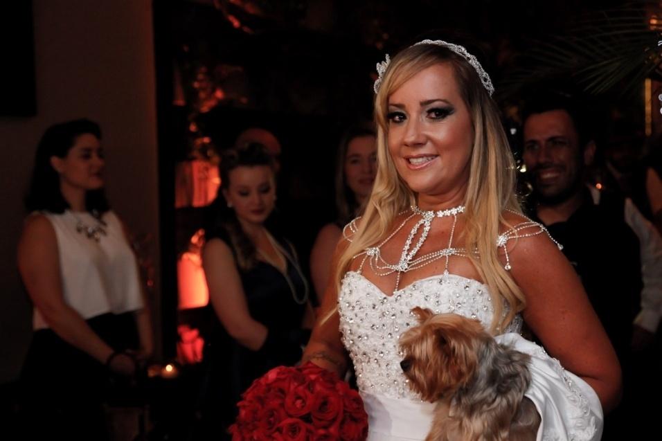 17.jan.2016 - Vivi Fernandez e o tatuador Fabiano dos Santos se casaram neste domingo (17), em São Paulo. A união teve como pajem o cãozinho do casal