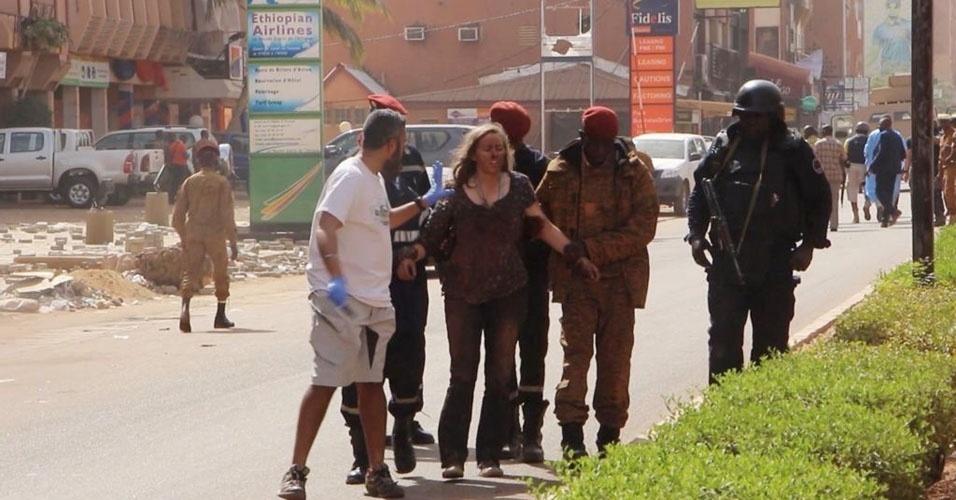 3. Ouagadougou, Burkina Faso. Em 15 de janeiro, um grupo armado invadiu um restaurante fazendo dezenas de reféns. Durante troca de tiros dos invasores com as forças de segurança locais, 29 pessoas morreram e 20 ficaram feridas. A ação foi atribuída à organização terrorista Al Qaeda no Magrebe Islâmico