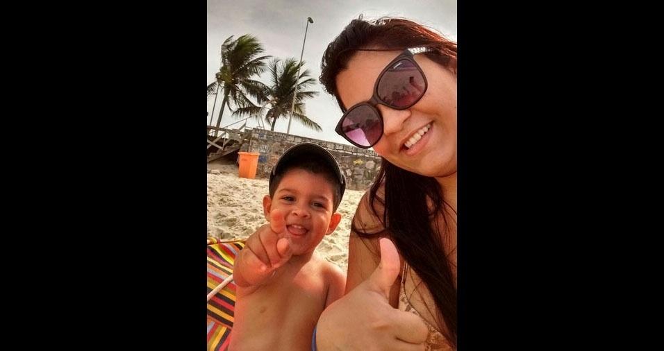 Aline e o filho Enzo Gabriel adoram curtir uma praia juntos
