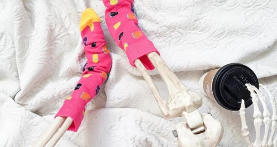 13. Tem coisa melhor para curtir o friozinho do que ficar na cama com suas meias quentinhas e um café gostoso?