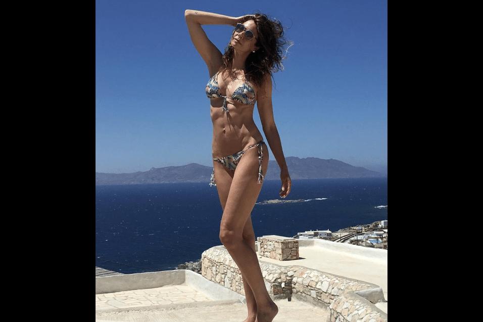 3.jun.2017 - Luciana Gimenez mostrou a barriga sequinha em foto de férias pela Europa