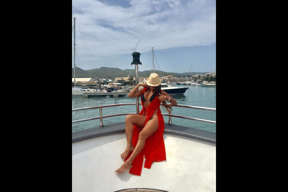 """10.ago.2017 - Longe do inverno no Brasil, Ana Paula Evangelista mostrou porque volta sempre que pode para a Ibiza. A musa da Unidos da Tijuca posou de biquíni curtindo o verão nas águas do Mar Mediterrâneo. """"Ibiza é minha segunda casa e amo esse lugar"""", contou Ana"""