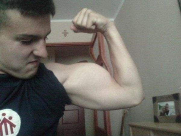 2.fev.2016 - Garoto mostrar como consegue entortar uma porta usando somente a força nos bíceps