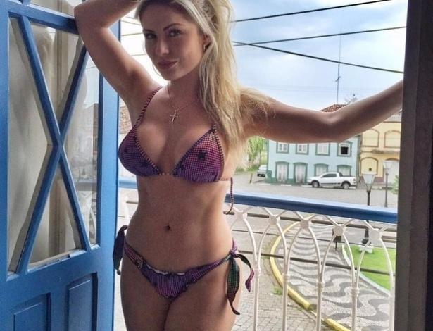 23.fev.2016 - Renatinha tem o hábito de publicar fotos com biquínis para lá de extravagantes e ousados no Instagram