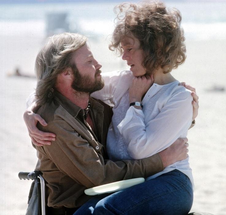 """1978 - Em """"Amargo Regresso"""", Jane Fonda interpreta a mulher de um combatente no Vietnã que se apaixona por um ex-soldado (John Voight) que ficou paralítico na mesma guerra. No ano seguinte, os dois atores ganharam o Oscar de atuação pelo filme"""