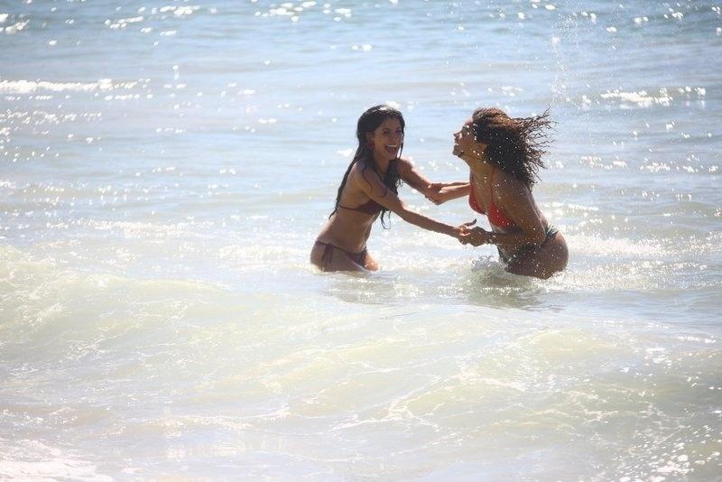 6.fev.2017 - Anna Lima (esq.) e Juliana Alves se divertem durante gravações
