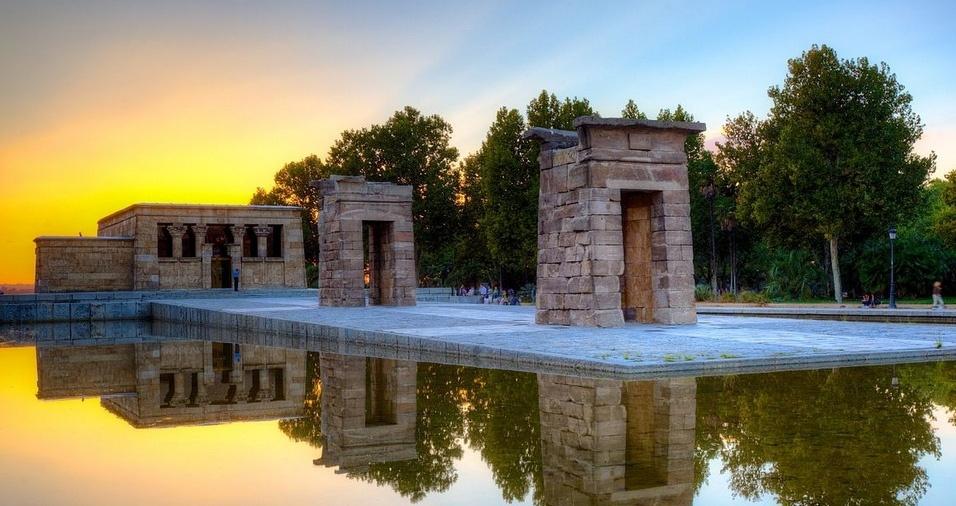 5. Templo de Debod, em Madri, é um templo egípcio que foi construído no século 4 pelo rei cuchita Adijalamani em reverência ao deus Amun. Há poucas décadas, o monumento se situava a 15 km ao sul de Assuão, no Egito, porém foi transferido para Madri pedra por pedra, reconstruído e restaurado, inclusive simulando uma atmosfera seca próxima do clima da região da Núbia. A visitação é gratuita, e o templo está localizado no Parque de la Montaña