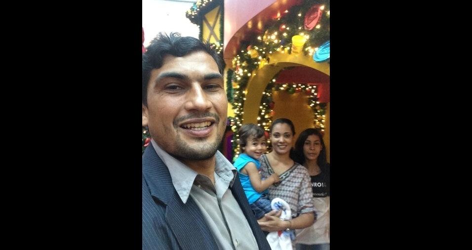 Lucenildo compartilha momento com a esposa, Regiane, e os filhos, Paulo e Emily em Mauá (SP)