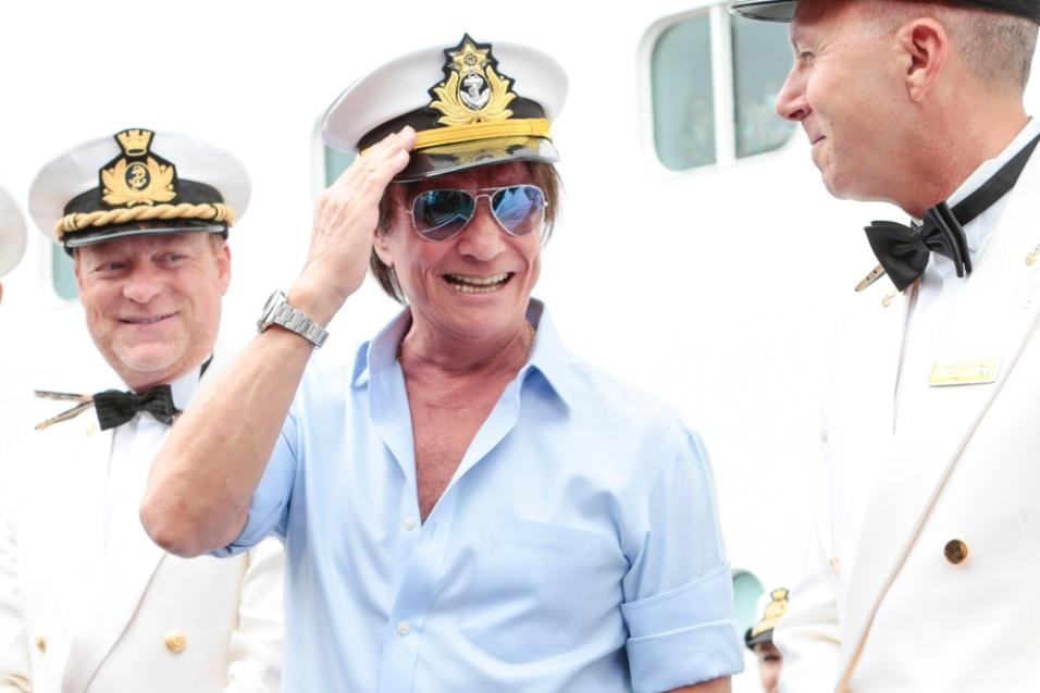20.jan.2016 - Usando quepe de marinheiro, Roberto Carlos posa para fotos ao embarcar em navio no Porto de Santos
