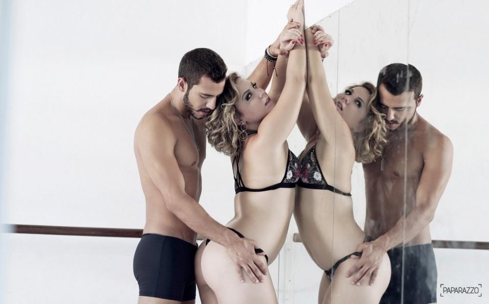 19.abr.2016 - Os ex-BBBs Matheus e Cacau estrelam ensaio sensual juntos para o Paparazzo. Em entrevista ao site, Maria Claudia falou sobre alguns dos encantos do mineiro: